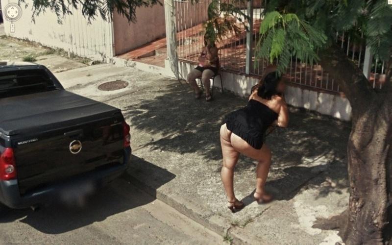 Outro flagra ''traseiro'' do Google Street View aconteceu nessa rua -- a mulher, muito provavelmente, estava a trabalho no local