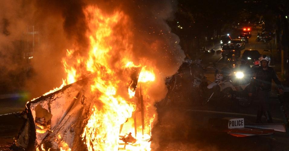 11.jun.2013 - Cabine da Polícia Militar é incendiada na avenida Paulista, em São Paulo, durante manifestação pela redução das tarifas do transporte público