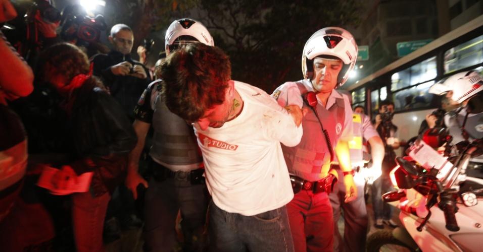 11.jun.2013 - Manifestante é detido pela Polícia Militar durante manifestação pela redução das tarifas do transporte público em São Paulo