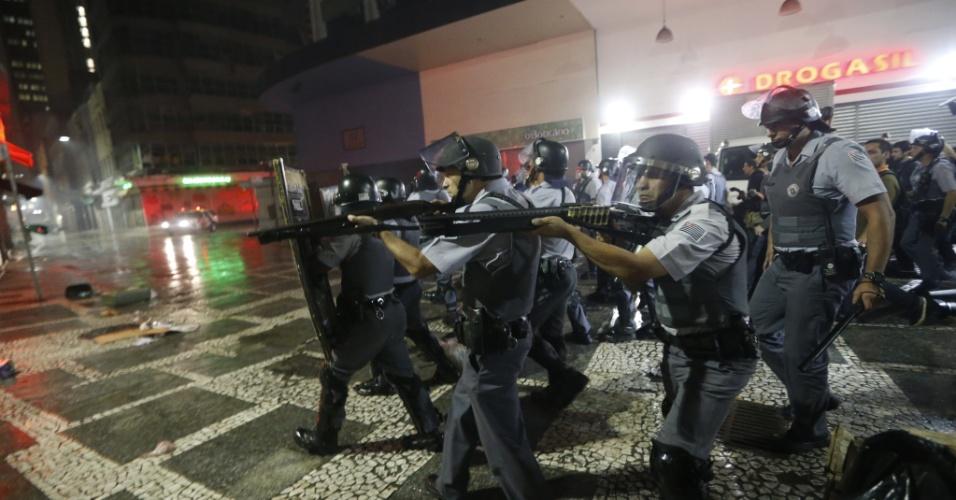 11.jun.2013 - Tropa de Choque da Polícia Militar entra em confronto com manifestantes no centro de São Paulo durante protesto contra o aumento das tarifas do transporte público