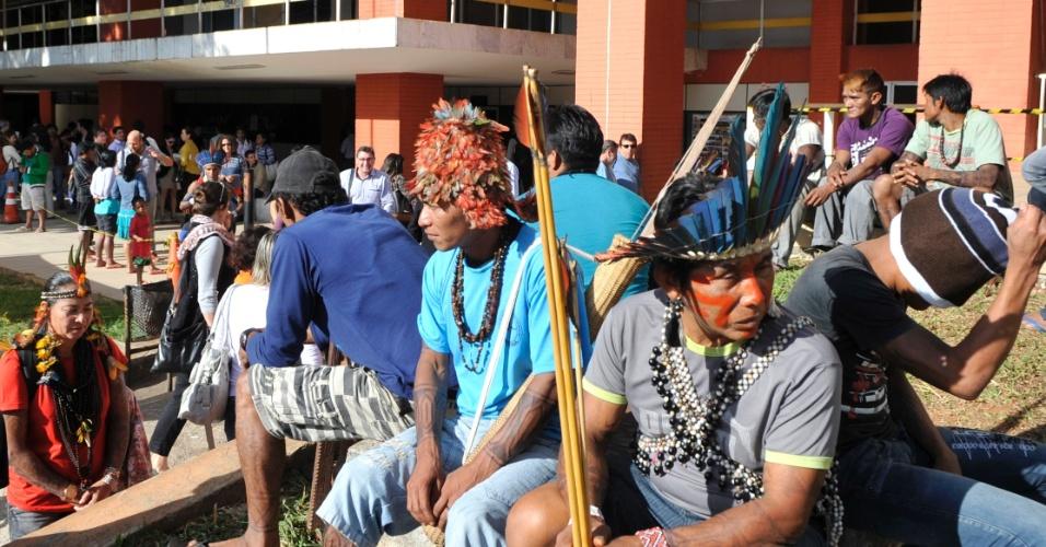 11.jun.2013 - Cerca de 150 índios da etnia mundurucu estão acampados em frente à sede da Funai (Fundação Nacional do Índio), em Brasília, na manhã desta terça-feira (11). Eles desembarcaram no Distrito Federal na semana passada para reivindicar a consulta prévia dos povos tradicionais da região, antes da construção de usinas hidrelétricas na região Amazônica