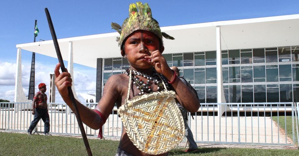 11.jun.2013 - Índios mundurucus e caipós protestam contra a construção da usina de Belo Monte em frente ao STF (Supremo Tribunal Federal), em Brasília. Na sequência, eles fizeram uma caminhada pela Esplanada dos Ministérios até o Palácio do Planalto