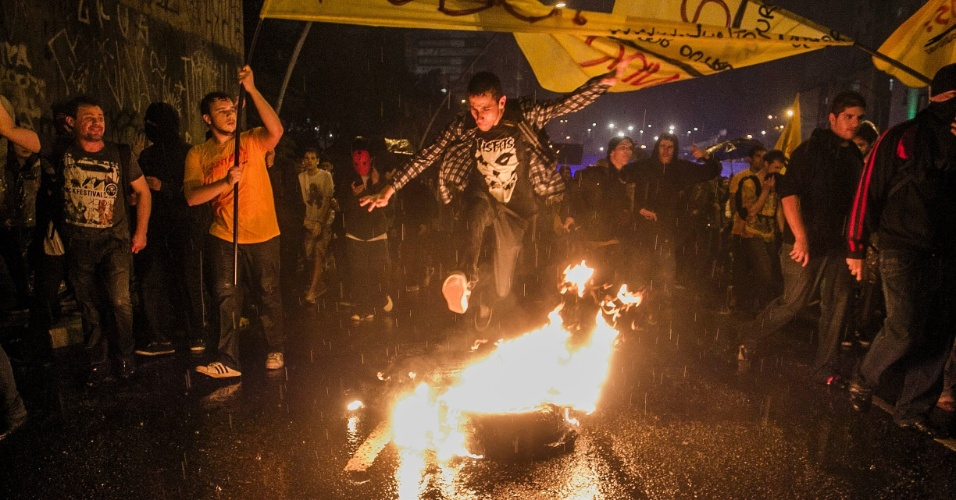 11.jun.2013 - Manifestantes fazem fogueira durante protesto contra o aumento das passagens no centro de São Paulo