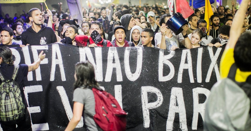 11.jun.2013 - Manifestantes protestam pela redução das tarifas do transporte público em São Paulo