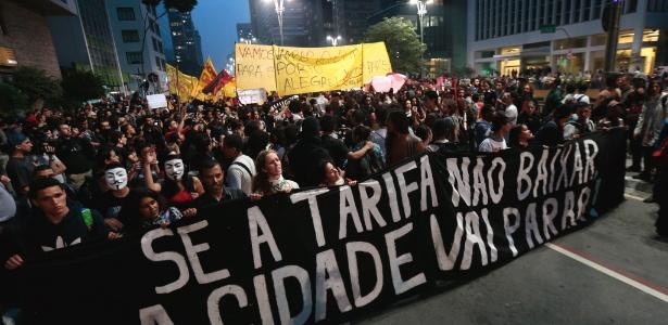 http://imguol.com/c/noticias/2013/06/11/11jun2013---manifestantes-tomam-a-avenida-paulista-na-altura-da-praca-do-ciclista-durante-protesto-pela-reducao-das-tarifas-do-transporte-publico-em-sao-paulo-1370985534167_615x300.jpg