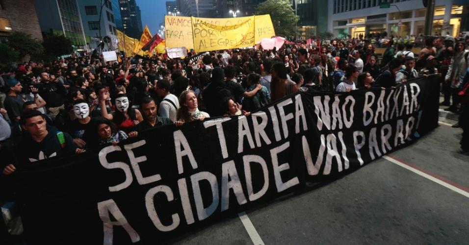 11.jun.2013 - Manifestantes tomam a avenida Paulista, na altura da praça do Ciclista, durante protesto pela redução das tarifas do transporte público em São Paulo