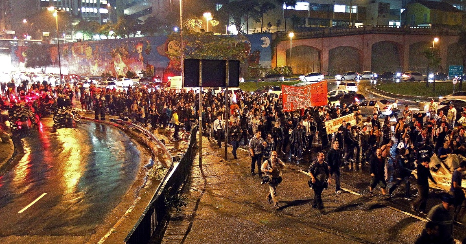 11.jun.2013 - Protesto contra o aumento das tarifas prossegue pela avenida 23 de Maio, no centro da capital