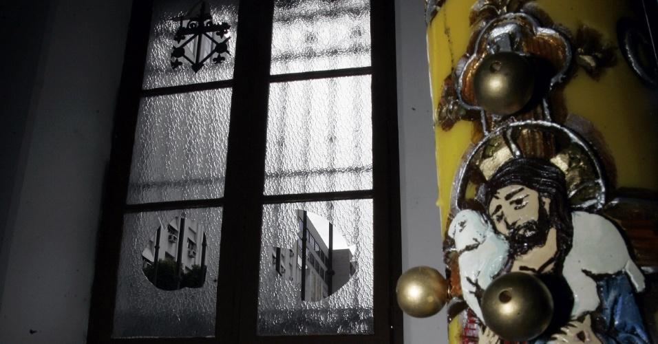 11.jun.2013 - Vidros da igreja Nossa Senhora de Carmo amanhece com vidros quebrados após protesto contra o aumento das passagens de ônibus no Rio de Janeiro,  nesta segunda-feira (11)