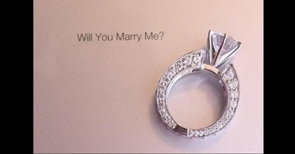 http://imguol.com/c/noticias/2013/06/11/o-americano-jordan-c-gravou-nas-costas-do-ipad-2-o-pedido-de-casamento-para-a-mulher-o-pedido-foi-feito-no-parque-national-redwood-forest-perto-de-crescent-city-na-california-de-acordo-com-o-site-1370971990624_956x500.jpg