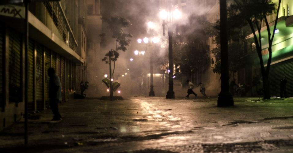 11.jun.2013 - Bombas de efeito moral e de gás lacrimejante, disparadas por policiais, explodem próximo à esquina das ruas Quintino Bocaiuva e José Bonifácio, no centro de São Paulo, assustando moradores de rua da região