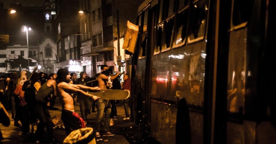 11.jun.2013 - Grupo disperso da manifestação depreda ônibus na região da Liberdade, no centro de São Paulo