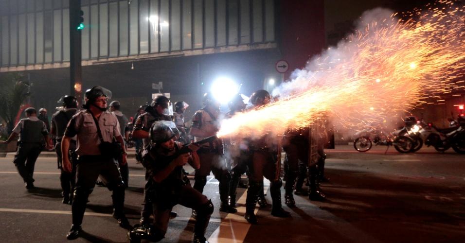 11.jun.2013 - Policial dispara bomba contra manifestantes durante protesto na avenida Paulista, em São Paulo, contra o aumento das tarifas de transporte público