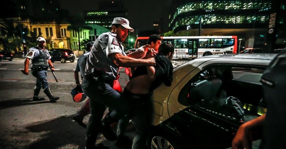 11.jun.2013 - Policias prendem manifestante próximo à avenida Paulista, região central de São Paulo. Por causa deste registro, Leandro Moraes, fotojornalista do UOL, e Leandro Machado, repórter da Folha de S.Paulo, foram detidos e levados ao 78DP, acusados de atrapalhar a ação da Polícia Militar