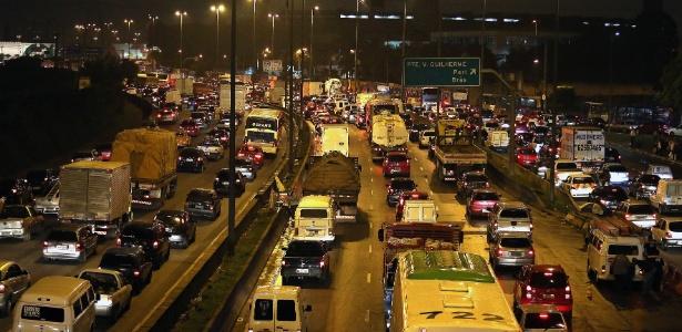 Trânsito intenso na marginal Tietê, altura da ponte da Vila Guilherme, na zona norte da capital paulista