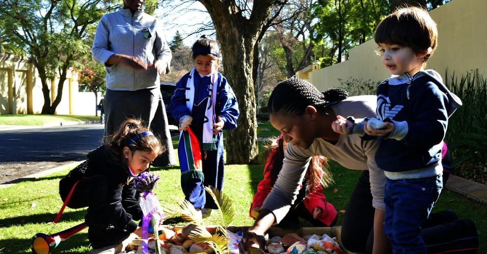 12.jun.2013 - Crianças deixam pedras com mensagens fora da residência ex-presidente da África do Sul Nelson Mandela, no hospital há cinco dias. Mandela está respondendo melhor ao tratamento, informou nesta quarta-feira o presidente da África do Sul, Jacob Zuma