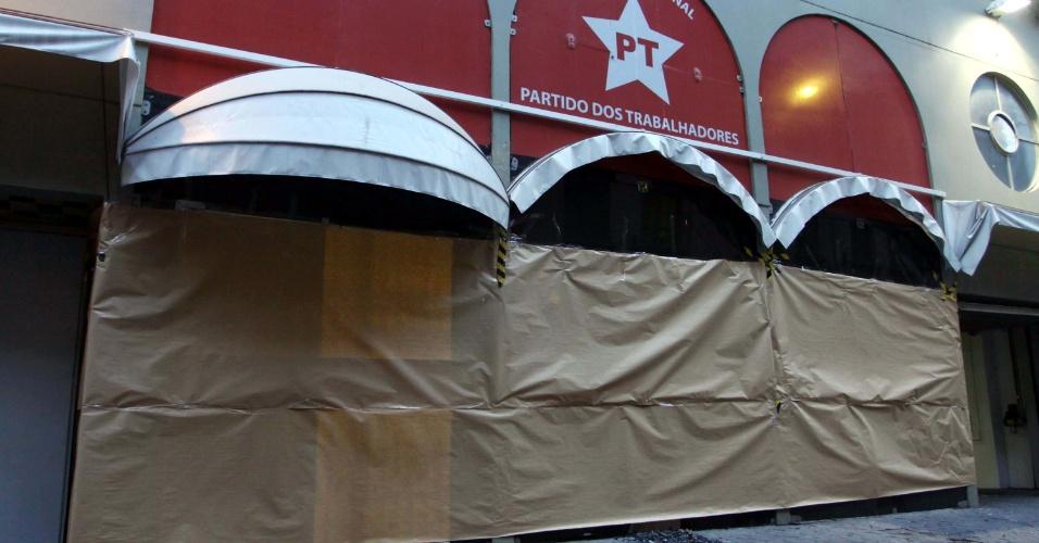 12.jun.2013 - Diretório do PT (Partido dos Trabalhadores), na rua Tabatinguera, no centro de São Paulo, é lacrado após ser depredado durante o terceiro protesto pela redução da tarifa de ônibus, na noite desta terça-feira (11)