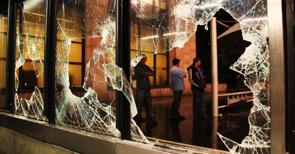 12.jun.2013 - Estação Trianon Masp, na avenida Paulista, fica com vidro quebrado após o terceiro protesto pela redução da tarifa de ônibus, na noite desta terça-feira (11)