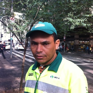 O gari Célio Ferreira, 35, que deixa de se alimentar e comprar água para pagar a nova tarifa dos transportes