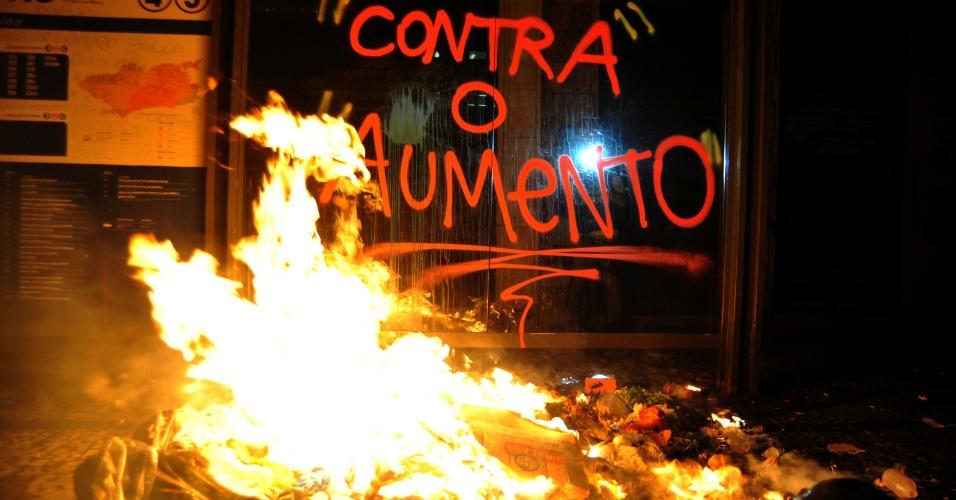 13.jun.2013 - Ao menos 2.000 pessoas participaram do quarto protesto contra o aumento do valor das passagens no Rio de Janeiro, na noite desta quinta-feira (13). Durante a maior parte do tempo, o protesto foi pacífico, mas, por volta das 21h houve confronto de alguns manifestantes com a Polícia Militar na avenida Presidente Vargas, no centro da cidade