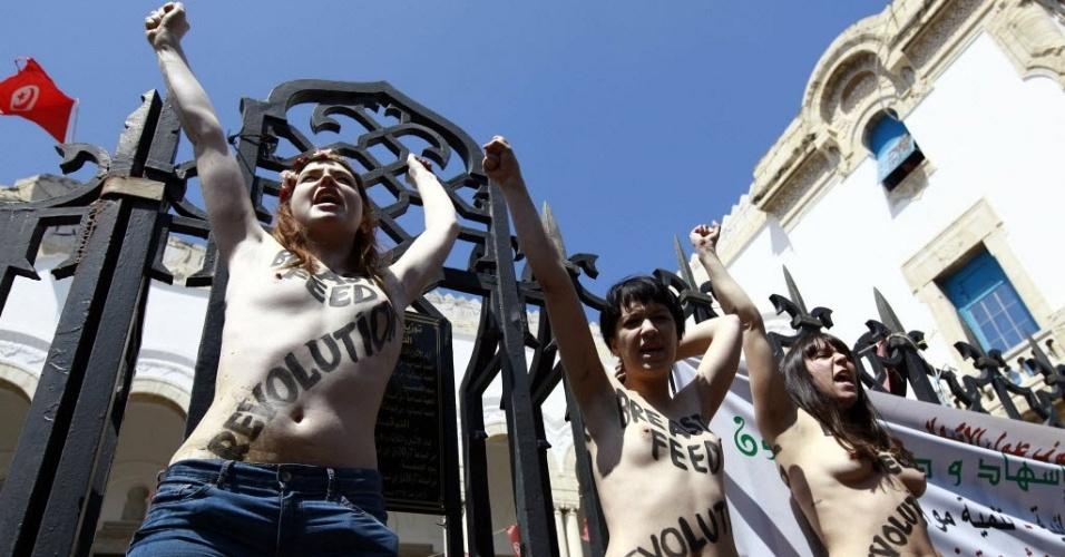 13.jun.2013 - Ativistas do grupo feminista Femen protestam em Berlim, na Alemanha, contra a condenação à prisão de três integrantes europeias que protestaram de topless em Túnis, capital da Tunísia, para pedir a libertação da feminista tunisiana Amina Esbui, em prisão preventiva desde o dia 19 de maio por atentado ao pudor e profanação de espaço sagrado. As ativistas foram condenadas ontem a quatro meses e um dia de prisão