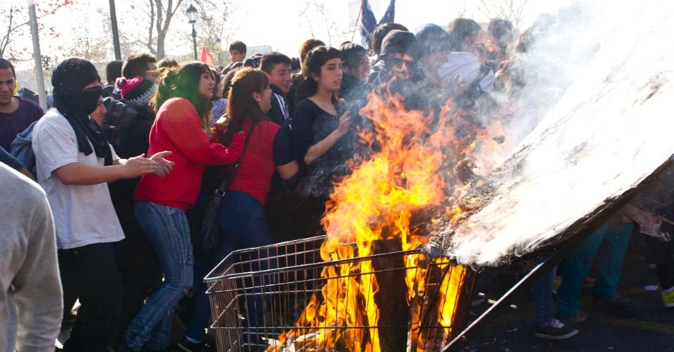 13.jun.2013 - Confrontos entre pessoas encapuzadas e a polícia foram registrados nesta quinta-feira no centro de Santiago, em uma nova marcha de estudantes que pedem reformas no sistema de ensino do país. A polícia não informou ainda o número total de pessoas detidas, mas a imprensa local fala em dezenas