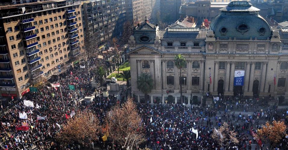 13.jun.2013 - Estudantes chilenos voltam a protestar nas ruas de Santiago por melhorias no sistema de ensino do país. Os organizadores do evento estimam que 100 mil pessoas participam dos atos; a polícia fala em 45 mil manifestantes