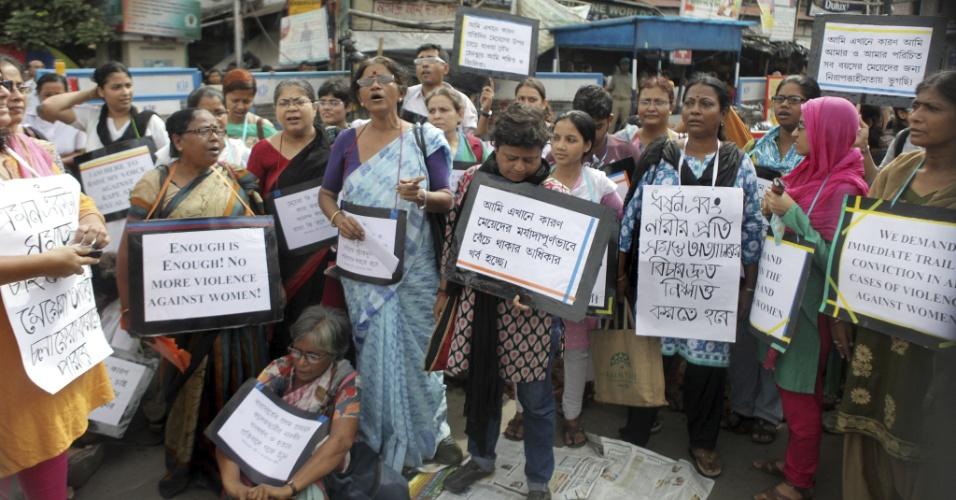 13.jun.2013 - Indianas protestam em Calcutá (Índia) contra um novo caso de estupro no país