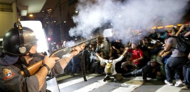 Manifestantes e policiais entram em confronto nas ruas do centro de São Paulo durante protesto