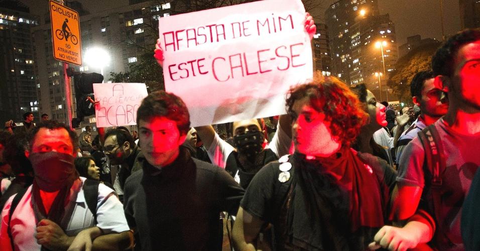 13.jun.2013 - Manifestantes ficam de braços dados para enfrentar a repressão policial durante protesto contra o aumento da tarifa do transporte coletivo realizado pelas ruas do centro de São Paulo