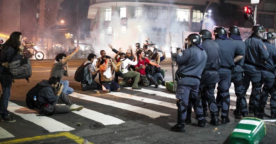 13.jun.2013 - Manifestantes se ajoelham para tentar se proteger de ação policial durante protesto contra o aumento da tarifa do transporte coletivo realizado pelas ruas da região central de São Paulo