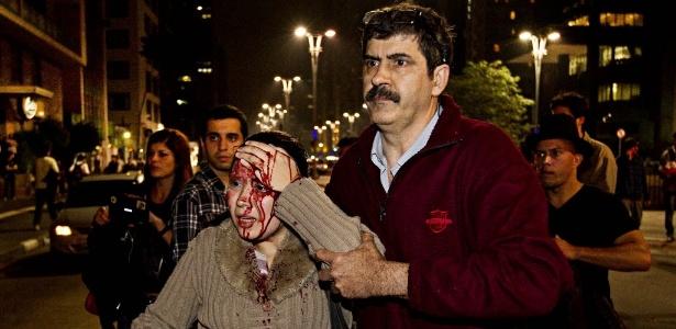 http://imguol.com/c/noticias/2013/06/13/13jun2013---mulher-e-ferida-na-cabeca-ao-passar-por-confronto-entre-policia-e-manifestantes-no-cruzamento-das-rua-consolacao-com-a-avenida-paulista-em-sao-paulo-durante-protesto-contra-o-aumento-da-1371172376765_615x300.jpg