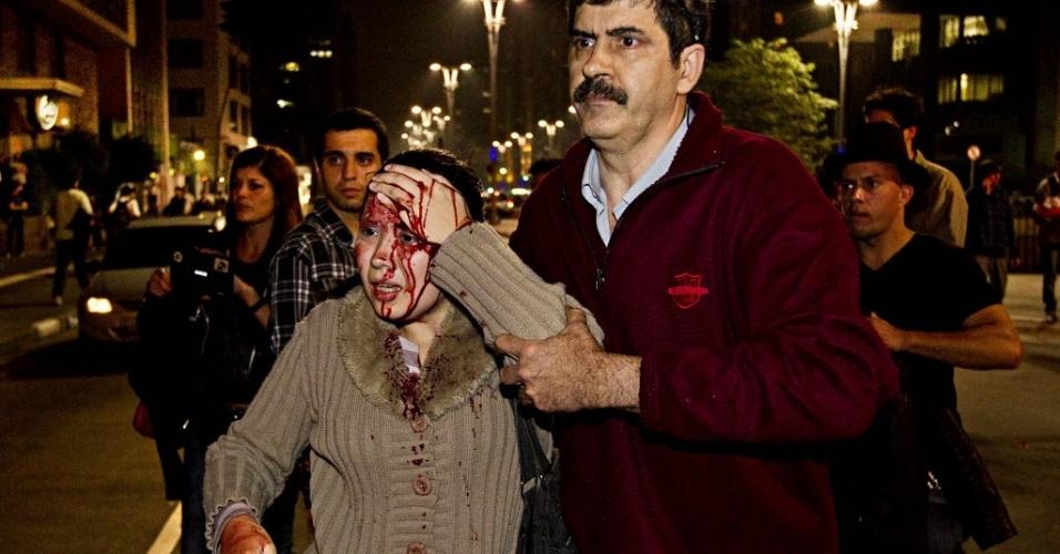 13.jun.2013 - Mulher é ferida na cabeça ao passar por confronto entre polícia e manifestantes no cruzamento da rua Consolação com a avenida Paulista, em São Paulo, durante protesto contra o aumento da tarifa do transporte coletivo