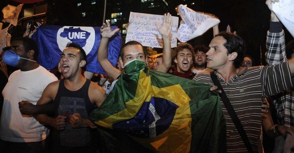 13.jun.2013 - No Rio de Janeiro, mais de mil manifestantes marcham em direção à Cinelândia durante o quarto protesto contra o aumento da tarifa de ônibus, que passou de R$ 2,75 para R$ 2,95 no último dia 1º