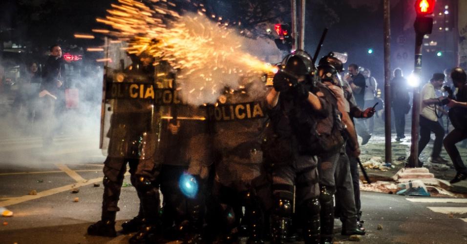 13.jun.2013 - Policial atira bombas contra manifestantes no cruzamento das ruas da Consolação e Caio Prado, no centro de São Paulo