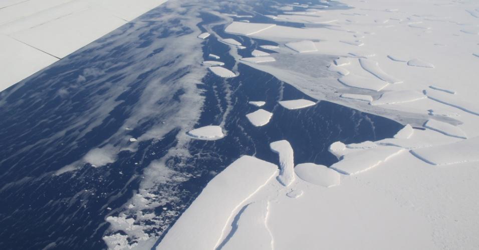 14.jun.2013 - Novo estudo da Nasa (Agência Espacial Norte-Americana) descobriu que o aquecimento dos mares derrete as plataformas glaciares em torno da Antártida, o que já provocou a perda de 55% da massa de gelo original do polo Sul, entre 2003 e 2008. O grupo liderado por Eric Rignot reconstituiu o acúmulo e a espessura de gelo com satélites e aviões, assim como as mudanças na elevação das plataformas congeladas e a velocidade de deslocamento