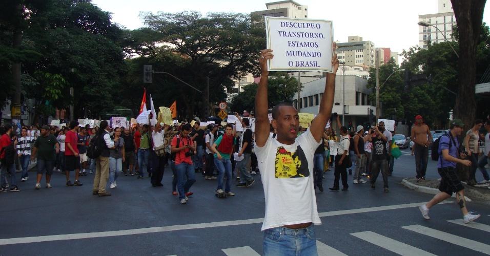 15.jun.2013 - Manifestação contra o aumento da passagem de ônibus reúne cerca de 8.000 pessoas neste sábado (15), em Belo Horizonte, capital de Minas Gerais, segundo a PM (Polícia Militar). O valor do transporte coletivo foi reajustado no fim de dezembro de 2012 para R$ 2,80