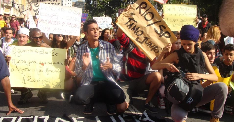 15.jun.2013 - Manifestação contra o aumento da passagem de ônibus reúne cerca de 8.000 pessoas neste sábado (15) em Belo Horizonte (MG), segundo a PM (Polícia Militar). O valor do transporte coletivo foi reajustado no fim de dezembro de 2012 para R$ 2,80