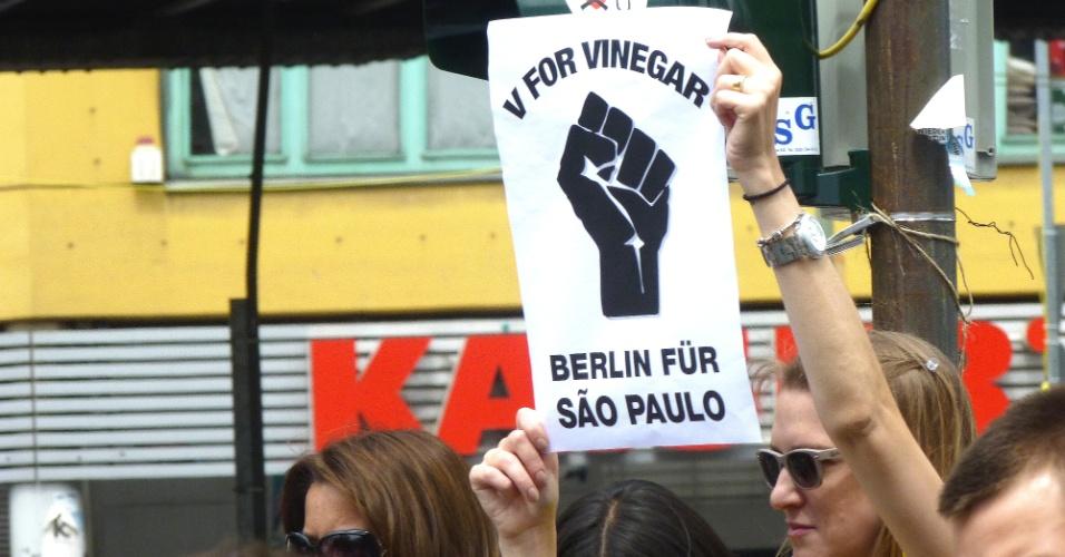 16.jun.2013 - Grupo fez uma manifestação em Berlim, na Alemanha, neste domingo (16) em solidariedade aos protestos contra o aumento na tarifa do transporte público que tomaram as grandes cidades do Brasil na última semana. Garota mostra cartaz onde está escrito, em inglês,
