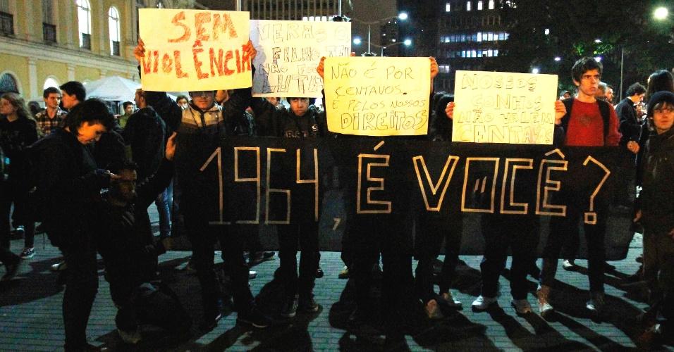 17.jan.2013 - Em Porto Alegre (RS), protesto contra o aumento das tarifas do transporte público reúne cerca de 5.000 pessoas nesta segunda-feira (17), de acordo com a Polícia Militar. A manifestação segue pacífica. Uma liminar de abril suspendeu o aumento das tarifas na capital gaúcha de R$ 2,85 para R$ 3,05