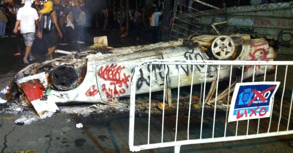 17.jun.2013 - As ruas do centro do Rio de Janeiro (RJ) se transformaram em campo de batalha. Um carro que estava estacionado em uma rua perto da Assembleia Legislativa foi virado, e os manifestantes atearam fogo em seguida. A PM utiliza balas de borracha, bombas de gás e spray de pimenta na tentativa de dispersar os manifestantes