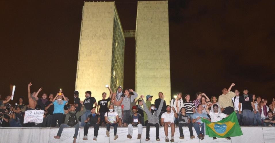 17.jun.2013 - Em Brasília, após serem contidos por um cordão de isolamento da Polícia Militar, manifestantes conseguiram furar o bloqueio e invadiram a área externa do Congresso Nacional nesta segunda-feira (17). Eles ocuparam a marquise onde ficam as duas cúpulas, a da Câmara e a do Senado. Segundo Duas pessoas foram detidas, segundo a PM