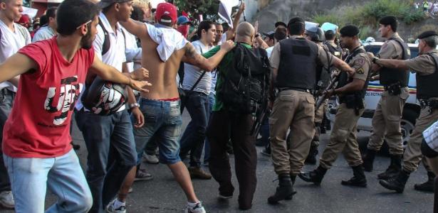 Embora tenha ocorrido de forma pacífica durante boa parte do tempo, a manifestação iniciada no começo da tarde desta segunda-feira pelas ruas de Belo Horizonte (MG) foi marcada por um tumulto generalizado, com a Polícia Militar usando bombas de gás lacrimogênio e balas de borracha para conter os manifestantes