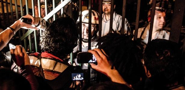 Grupo de manifestantes se reúne diante do Palácio dos Bandeirantes, sede do governo paulista