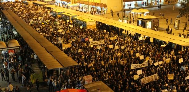 Manifestantes protestam contra o aumento da tarifa do transporte coletivo em Curitiba (PR)