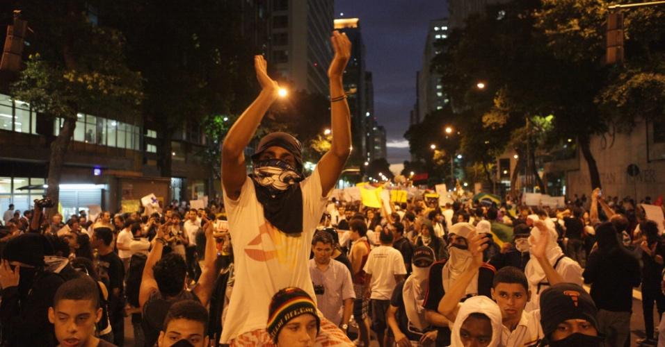 17.jun.2013 - Manifestantes protestam no centro do Rio de Janeiro, nesta segunda-feira (17), contra o reajuste da tarifa de ônibus na cidade e os gastos com a Copa do Mundo. A manifestação teve início às 17h, com saída da Candelária rumo à avenida Rio Branco