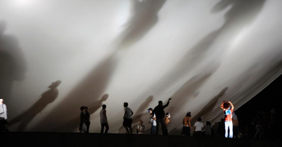 """17.jun.2013 - Manifestantes invadem área externa do Congresso Nacional durante protesto na noite desta segunda-feira. Após serem contidos por um cordão de isolamento da PM, dezenas de manifestantes conseguiram furar o bloqueio e invadiram a área externa do Congresso Nacional, em Brasília, aos gritos de """"a-ha, u-hu, o Congresso é nosso"""""""