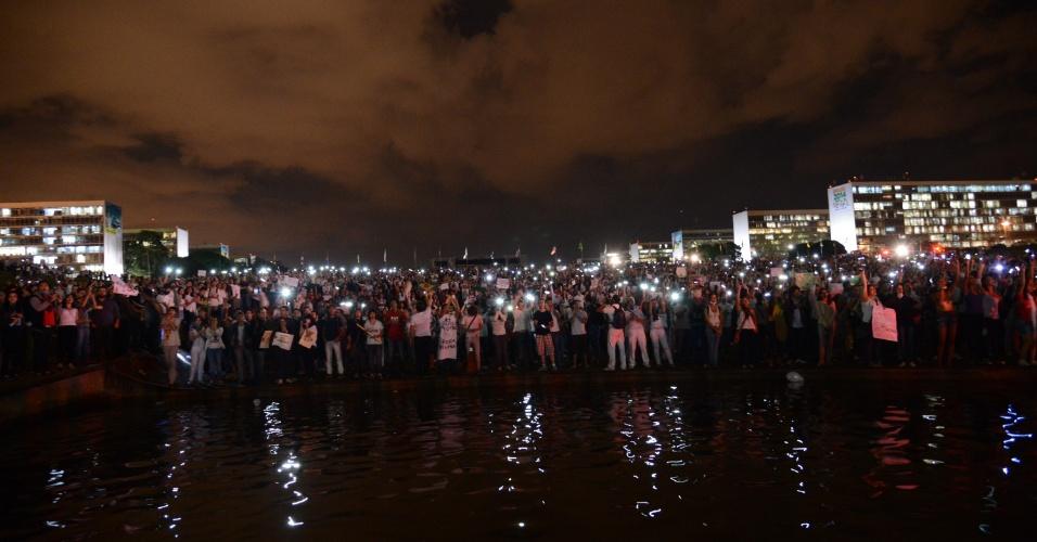 """17.jun.2013 - Milhares de manifestantes se reúnem em protesto na frente ao Congresso Nacional na noite desta segunda-feira. Após serem contidos por um cordão de isolamento da PM, dezenas deles conseguiram furar o bloqueio e invadiram a área externa do Congresso Nacional, em Brasília, aos gritos de """"a-ha, u-hu, o Congresso é nosso"""""""