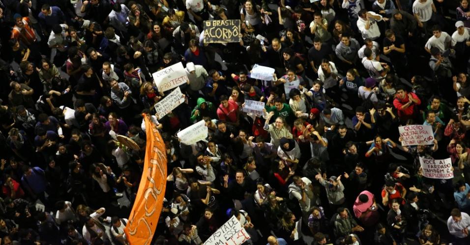 17.jun.2013 - Milhares de manifestantes seguem pela avenida Faria Lima, em Pinheiros (zona oeste de São Paulo), no 5º dia de protesto contra o aumento da tarifa do transporte coletivo na capital