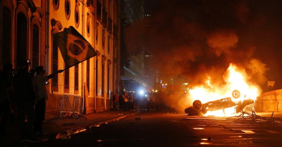 17.jun.2013 - No Rio de Janeiro, onde 100 mil pessoas participaram dos protestos, um carro foi incendiado pelos manifestantes que participavam do quinto ato contra o aumento da tarifa de ônibus