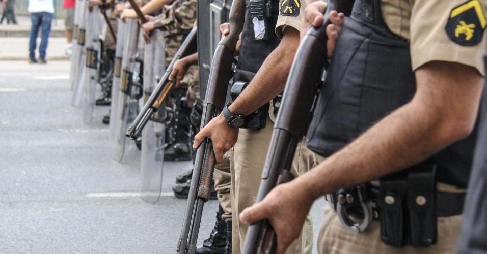 17.jun.2013 - Policiais usam armas com balas de borracha durante manifestação iniciada no começo da tarde desta segunda-feira pelas ruas de Belo Horizonte (MG). Com início pacífico, o clima de paz foi quebrado durante tumulto generalizado com a Polícia Militar que usou bombas de gás lacrimogênio e balas de borracha para conter os manifestantes, que reagiram atirando pedras nos policiais